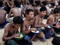 صيادون ماليزيون ينقذون أمس 126 لاجئاً روهنجياً من عرض البحر