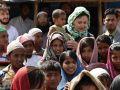 ممثلة إيرانية تزور اللاجئين الروهنجيين بالهند وتهدي مخازن لتنقية المياه