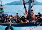 ماليزيا تعترض قارباً يقل مئات الروهينغا
