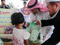 ممثلون من سفارة السعودية في تايلاند يقدمون مواد إغاثية لللاجئين الروهنجيين
