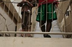 الظروف السيئة في مراكز احتجاز المهاجرين في إندونيسيا تؤجج العنف