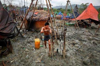 استخراج النفط اليدوي في ميانمار .. تجارة مربحة قربت نهايتها