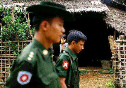 قوات الأمن البورمية بصحبة بوذيين ينهبون بيوت المسلمين ويغتصبون النساء