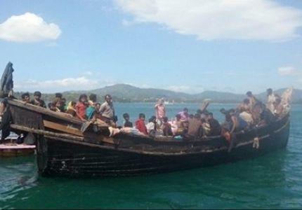 """لاجيء بورما يشربون """"بولهم"""" لعدم وجود ماء"""
