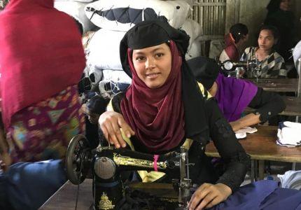 لاجئات من الروهينغا ينسجن واقعاً جديداً في بنغلاديش من خلال الخياطة