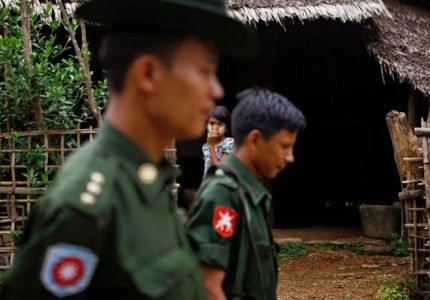 ضباط من الجيش البورمي يمنعون القرويين الروهنجيين من صيد الأسماك