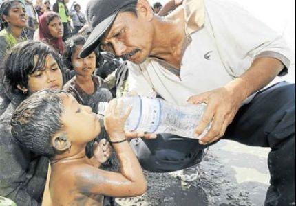 البحرية الماليزية تجبر اللاجئين الروهنجين السباحة على الطين