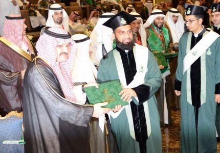 الأمير مشعل يكرم الجيولوجي الأراكاني في حفل جامعة المؤسس