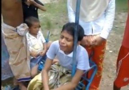 شاهد.. مأساة طفل مسلم ذُبح والداه أمام عينيه!