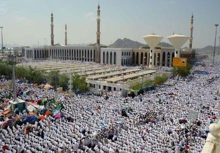 حجاج بيت الله الحرام يقفون اليوم على صعيد عرفات