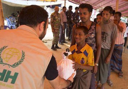 """IHH"" التركية تواصل إغاثة مسلمي الروهنغيا في بنغلاديش"