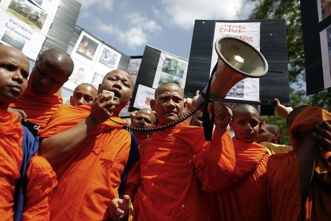رهبان بوذيون يقاضون وزير داخلية ميانمار
