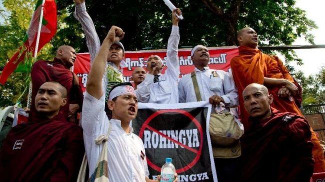 """ميانماريون يتظاهرون أمام سفارة أمريكي احتجاجا على الإشارة للمسلمين بالـ""""روهينجا"""""""