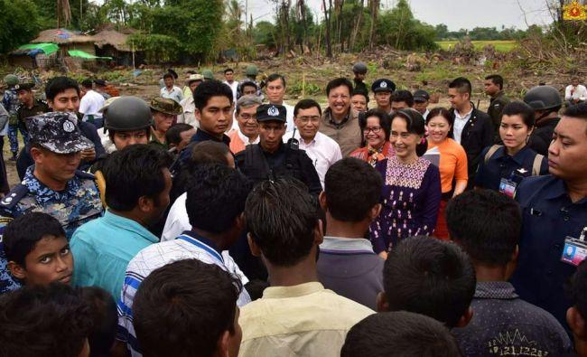 اونغ سان سو تشي تقوم باول زيارة لولاية أراكان بعد حرق جيشها معظم قرى الروهنجيا