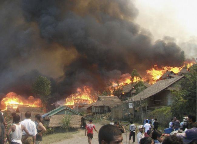 مقتل 30 شخصاً في اندلاع حريق في مخيم لاجئين بورميين في تايلند