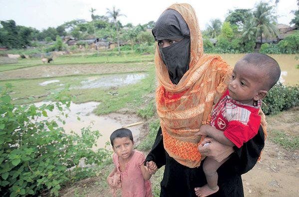 اللاجئون الروهينغا يصنعون قوارب بدائية للعبور إلى بنغلاديش
