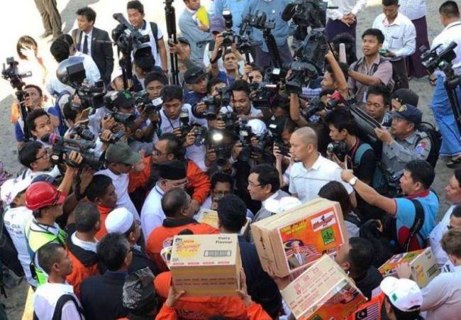 بالصور: بعد إعاقته لساعات.. وصول أسطول الحرية لكسر الحصار إلى بورما