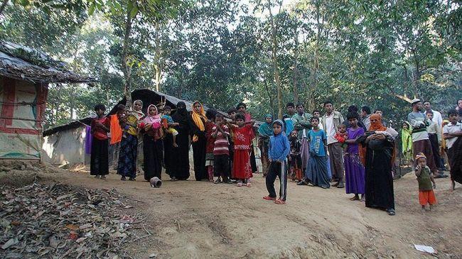 عشرات الآلاف من الروهينغا عالقون على الحدود مع بنغلاديش هربا من العنف