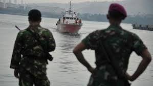 إندونيسيا تبعد سفينة لمهاجرين من بورما وبنغلاديش عن مياهها الإقليمية